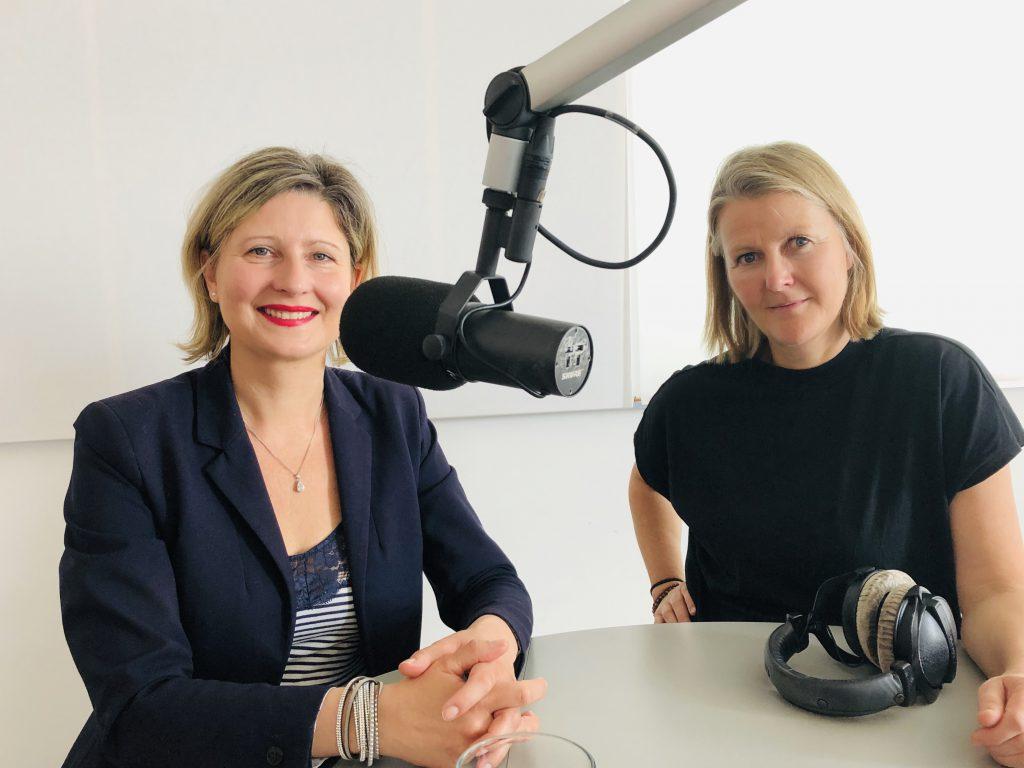 Sandra Cegla und Silke Müller im Tonstudio von Stern Crime mit Mikropho und Kopfhörern